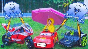 voiture enfant sous la pluie